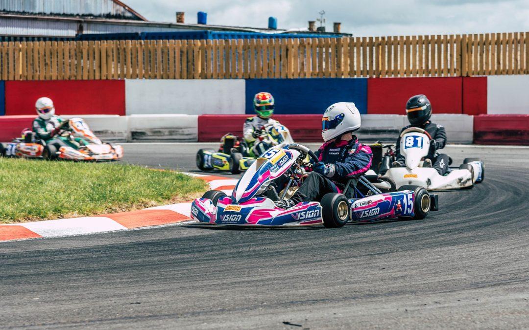 Karting indoor : Quelles différences entre le karting indoor et le karting outdoor ?